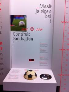Dans l'expo Sport au Pass, construis ton ballon et comprends pourquoi il est composé de ces drôles de formes