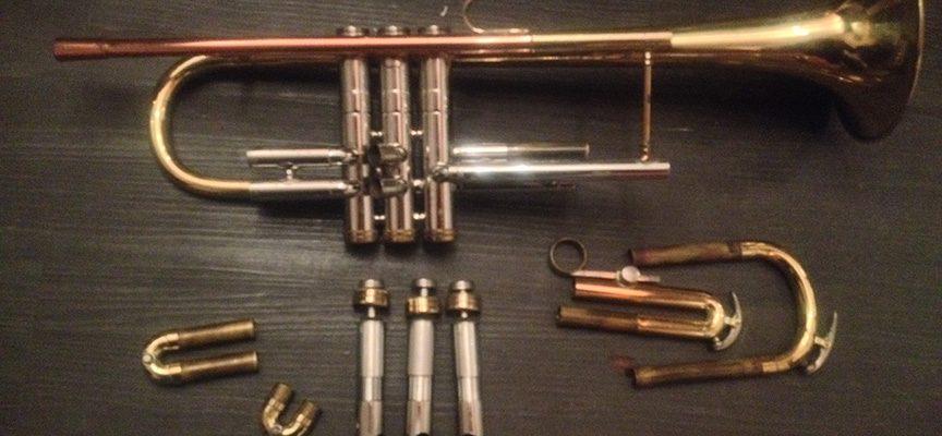 Les pistons de la trompette permettent de jouer avec l'air...