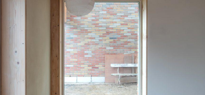 En Belgique aussi, on revient à la terre crue : le bureau Karbon' architecture a créé une maison pour deux familles à Gembloux. (ph :  Laure Nicod)